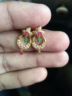 Gold Jhumka Earrings, Jewelry Design Earrings, Gold Earrings Designs, Gold Bangles Design, Gold Jewellery Design, Gold Jewelry, Gold Mangalsutra Designs, Pinterest Jewelry, Blouse
