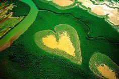 Fotos do fotógrafo Yann Arthus-Bertrand da série Earth from Abovem Uma espécie de pântano em forma de coração enfeita a paisagem de Voh, New Caledonia,