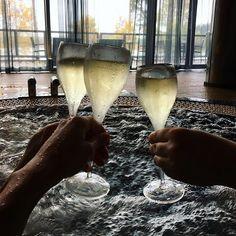 Kannatti herätä🤣! Happy bday @katri_emilia , näin kuukauden myöhässä! #besties #fall #långvik #langvikhotel http://www.langvik.fi/