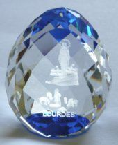 Lourdes color crystal paperweights depicting the apparitions and the sanctuary at Lourdes. Virgin Mary Statue, 3d Crystal, Catholic Gifts, All Gifts, Blue Crystals, Paper Weights, Wine Glass, 3 D, Christmas Bulbs