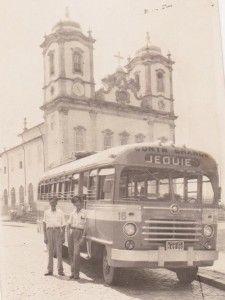 Empresa Brasil de Transporte. Foto de 1950 quando em uma das viagens a Salvador, na Igreja do Bonfim. Destaque para o motorista Daniel e o cobrador José Olimpio