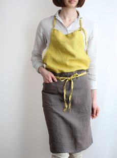 Love how it looks like a top and skirt—linen apron|Lino e Lina Work Uniforms, Make Your Own Clothes, Linen Apron, Sewing Aprons, Aprons Vintage, Kitchen Aprons, Apron Dress, Dressmaking, Textiles
