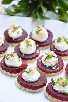 Toasts of beetroot, goat, honey and hazelnuts – Aperitif Beet And Goat Cheese, Snacks Für Party, Best Appetizers, Soup Appetizers, Beetroot, Finger Foods, Tapas, Catering, Food Porn