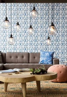 Sala de estar cheia de detalhes e muita personalidade! Papel de parede  estampado azul 9918bb1e723