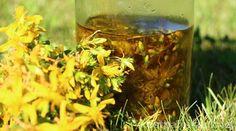 Johanniskrautöl hilft der Haut, sich selbst zu heilen und macht sie durchlässiger für die Sonne an dunklen Tagen. Erfahre, wie du das Öl selbst herstellst!