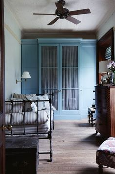 Inside Terragong Bed and Breakfast in Jamberoo Murphy Bed Ikea, Murphy Bed Plans, Blue Bedroom, Closet Bedroom, Antique Daybed, French Daybed, Country Style Living Room, Cottage Style, Fold Up Beds