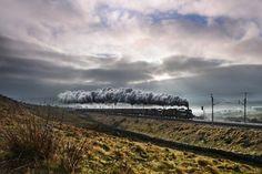 A dupla de fotógrafos galeses Robin e Talieson Coombes, pai e filho, compartilham a paixão por ferrovias, especialmente as movidas a vapor que ainda estão