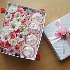 Подарочная коробочка с цветами и домашним зефиром-отличный подарок для ваших близких. Заказ www.pidu24.eu www.facebook.com/teiepidu . Kinkekarp lillede- ja sefiiridega. Lilled karbis.