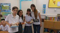 L'AMPA aporta llibres a l'escola.