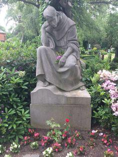 Hamburg: Tonndorf – Friedhof Tonndorf. Sehr viele alte Gräber, viele Helden-Gräber des 2. Weltkrieges und auch einige größere Familiengräber.