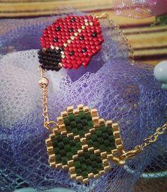 Uğurböcekli ve dört yaprak yonca bilekliğimiz çok zarif bir zincirle tamamlandı. #fümekolye İnci gelin set #uğurböceğikolye #kelebekkolye# zikzak bileklikler #miyuki #hediye #satış #sipariş # #bakır #inci #gelin #takı #takıtasarım #handmadejewellery #jewellery #jewellerydesigner #kolye #elemeği #bijuteri #accessorize #bileklik #yüzük #mersin #boncuk #zincir Beaded Earrings, Beaded Jewelry, Crochet Earrings, Beaded Banners, Diy Craft Projects, Crafts, Bead Loom Bracelets, Peyote Beading, Bead Art