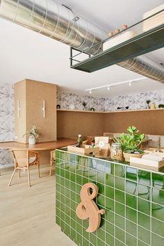 Verd & Go in Barcelona: warm colors and materials for an healthy food and salad lover project. Design by Scala Studio Barcelona Food, Barcelona 2016, Bar Counter, Retail Design, Warm Colors, Interior Design, Studio, Hotels, School