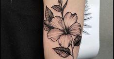 Artista Tatuador: Rebecca Vincent. Tags: categorías, Blackwork, Ilustrativo, Naturaleza, Flores, Flor de hibisco. Partes del cuerpo: Brazo superior.