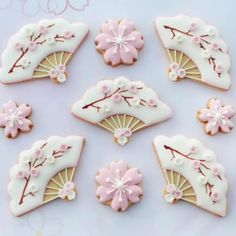 Pretty fan and blossom cookies / Sakura Iced Cookies, Cute Cookies, Royal Icing Cookies, Cupcake Cookies, Sugar Cookies, Cupcakes, Japanese Theme Parties, Japanese Party, Japanese Cookies