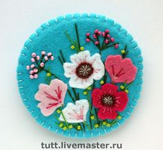 felt flowers (no tutorial, just inspiration) I love the top Felt Embroidery, Felt Applique, Felt Flowers, Fabric Flowers, Fabric Crafts, Sewing Crafts, Felt Christmas Ornaments, Flower Ornaments, Prim Christmas