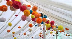 Wedding Buffet Ideas: Using pom-pom for wedding reception decorations Giant Paper Flowers, Paper Flower Backdrop, Hanging Flowers, Paper Roses, Crafts For Teens, Diy And Crafts, Wedding Pom Poms, Balloon Tassel, Party
