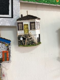Geri malzemesi ile yapılmış bir köy evi temalı bir duvar dekoru