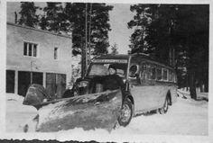 Kuva vuodelta 1947. Tuolloin linja-autot toimivat talvella myös aura-autoina, kuten tuo Kouvola-Elimäki-Loviisa väliä ajanut linjuri, joka oli vielä varustettu häkäpöntöllä - putket näkyvät katolla vasemmalla puolen. Kuljettajana isäni Vesa Ek (s.1920). Kuva otettu Elimäellä, kuvaajasta ei tietoa. - Busses used for snow plowing 1947