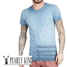 Pearly King Impulse T-shirt. Met  jersey en pique panels op de voor en achterkant en een tribal print op de lower body panel. Het gebruikte materiaal is soft cotton jesey. De gewassen look krijgt het door een uniek koud pigment verf proces.