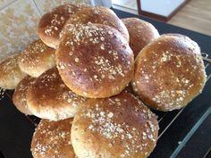 Saftiga grötbullar med kross | söndagsfika.se Hamburger, Breakfast, Breakfast Cafe, Hamburgers