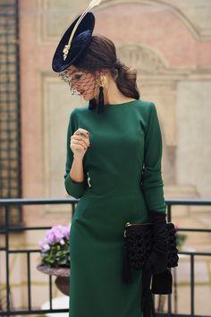 Here's the front of this beautiful vintage dress. Simple but a lovely elegance. look invitada boda vestido midi vintage tocado guantes Elegant Outfit, Classy Dress, Classy Outfits, Vintage Outfits, Vintage Dresses, Retro Fashion, Vintage Fashion, Womens Fashion, Vestidos Vintage