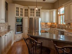 ELEGANT KITCHEN WITH BREAKFAST BAR