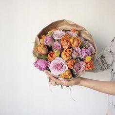 Orange tulips, lilac roses bouquet Цветы заменят солнце в дождливую погоду