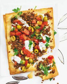 Der hauchdünn ausgerollte Filoteig aus der türkischen Küche ist eine tolle Alternative zum herkömmlichen Pizzateig. Eine Portion liegt bei nur 280 Kalorien.