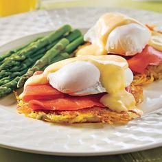 Cette recette nécessite peut-être quelques étapes, mais les efforts seront largement récompensés lors de la dégustation. La texture moelleuse des œufs pochés en contraste avec le côté croustillant des röstis est fort agréable. Sans parler du goût divin du saumon fumé et de la délicieuse sauce hollandaise qui nappe le tout. Si vous désirez les cuisiner à l'avance, sachez que les œufs pochés se conservent jusqu'à trois jours au réfrigérateur. Dans ce cas, dès que les œufs...