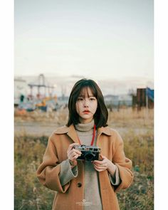Discover recipes, home ideas, style inspiration and other ideas to try. Ulzzang Short Hair, Korean Short Hair, Ulzzang Korean Girl, Girl Photo Poses, Girl Photography Poses, Film Photography, Girl Photos, Ulzzang Girl Fashion, Woman Fashion