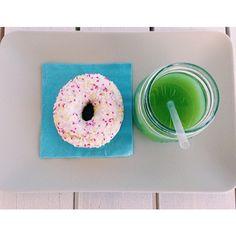 Succo di #mela verde con spremutina di #lime e #donut alla #fragola e #panna. Gnam gnam le #merende di metà mattina #buongiorno #bagnorosa22