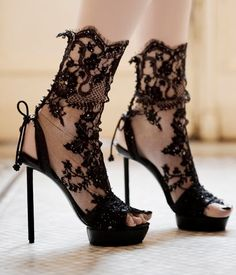 Lace stilettos by Vicente Rey