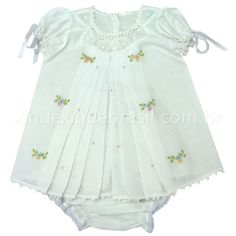"""Vestido e calcinha em tecido branco de cambraia de algodão.  Aplique de renda renascença.  Bordado manual floral colorido na frente do vestido e no """"bumbum""""da calcinha.  Obordado floral pode sofrer variação de ponto, padrãoe cor."""