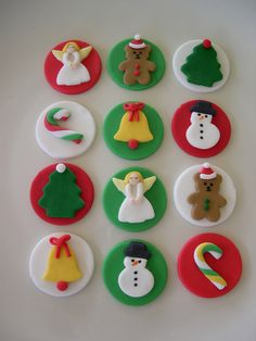 59 trendy ideas for cupcakes fondant navidad Mini Christmas Cakes, Christmas Cupcake Toppers, Christmas Cupcakes Decoration, Christmas Cake Designs, Christmas Cake Pops, Christmas Topper, Christmas Clay, Christmas Desserts, Christmas Treats
