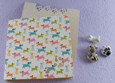 Bloquinho medindo 8,5 cm X 8,5 cm com 100 folhinhas de papel reciclado. <br> <br>Recorte de Patas de Cachorro em todas as folhinhas (recorte feito manualmente). <br> <br>Capa em papel importado. <br> <br>O Bloquinho vai embalado em saquinho de celofane com o adesivo da Bloquinhos.com <br> <br>**Os apliques nas fotos são meramente decorativos. Não acompanham o <br>Bloquinho.** <br> <br>*Consulte o valor do envio.*