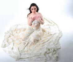 Robe de mariée Haute Couture entièrement composée de soierie et de perles.