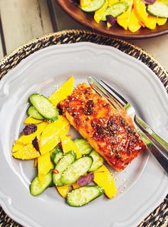 This Thai-inspired salmon with a fresh mango salad will become your new favourite summer meal. Mango Salad, Salmon Salad, Cucumber Salad, Confort Food, Grilled Salmon, Fish Sauce, Glass Dishes, Avocado Egg, Fresh Ginger
