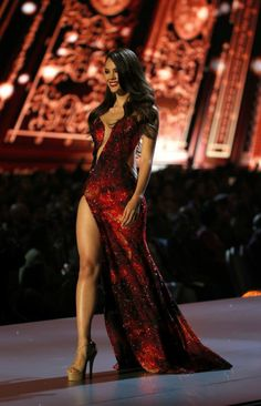The new Miss Universe in a perfect red dress ! Best Prom Dresses, Sexy Dresses, Beautiful Dresses, Dress Outfits, Nice Dresses, Formal Dresses, Elegant Dresses, Miss Universe Dresses, Award Show Dresses