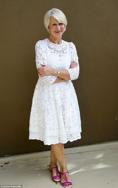 Helen Mirren proves she's regally stylish AND still loves pink - Lady Style Mature Fashion, Fashion Over 50, Timeless Fashion, Dame Helen, Helen Mirren, Advanced Style, Ageless Beauty, Lace Midi Dress, Mode Style