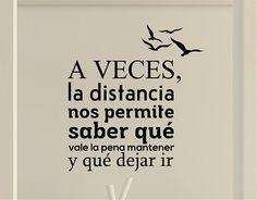 """#Vinilos #Textos #Originales """"A veces, la distancia nos permite saber qué vale la pena mantener y qué dejar ir""""."""