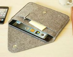 iPad Mini Sleeve & iPad Mini Case & iPad Cover in Mottled Grey- with Pocket-grey 313 Capas Kindle, Sewing Hacks, Sewing Projects, Pochette Portable, Ipad Bag, Mollie Makes, Ipad Mini Cases, Laptop Case, Felt Crafts