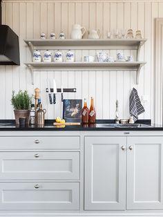 Anna Truelsen interior stylist: Fine kitchen, in two styles. Anna Truelsen interior stylist: Fine kitchen, in two styles. Shaker Kitchen, Old Kitchen, Kitchen On A Budget, Country Kitchen, Kitchen Dining, Dining Area, Kitchen Ideas Victorian Terrace, Kitchen Shelves, Kitchen Cabinets