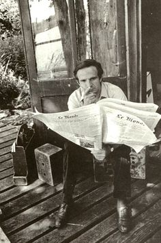 Newspapers, too! ~ film director François Truffaut, here reading Le Monde (Paris) I Movie, Movie Stars, New Wave Cinema, Journal Photo, People Reading, Famous Directors, Francois Truffaut, French New Wave, Performing Arts