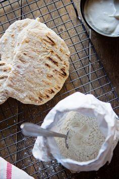 Naanbrood zelf maken - 'Heb je weer yoghurt bij je brood gedaan?' hoorde ik de afgelopen weken meermaals. Nee, ik heb yoghurt bij meel gedaan en dat is het brood al. Dat is het brood al! Ongelofelijk, toch? Klik snel op 'naar de bron' voor de volledige beschrijving voor deze zelfgemaakte naanbroden!