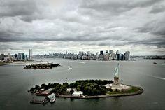Estátua da liberdade Qualquer visita turística a Nova York deve incluir uma visita à Liberty Island, onde foi construído um dos símbolos mais emblemáticos dos Estados Unidos – a Estátua da Liberdade. Sem dúvida o maior símbolo de democracia e liberdade, no passado este monumento foi o primeiro ponto de referência dos milhares