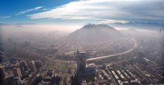 Vista geral de Santiago do Chile, com espessa nuvem de poluição. A cidade teve sua primeira emergência ambiental em 16 anos por conta da baixa qualidade do ar. Foto Ariel Marinkovic/Efe.