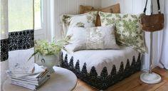 Dans la chambre ou au salon, installez un coin cosy à la marocaine avec un grand pouf carré à coudre et des coussins.
