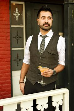 Jose Luis Sapien of Paggi House is a master mixologist of three-piece suits. Click through to read more about baristas' and bartenders' signature vintage style. Photo by Laura Skelding, American-Statesman. Dapper Dan, Dapper Gentleman, Vintage Men, Vintage Fashion, Vintage Style, Bartender Uniform, Cafe Uniform, Stylish Outfits, Cool Outfits