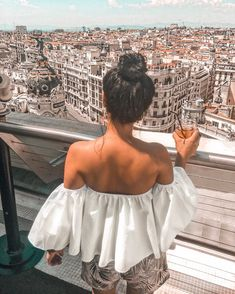 Before I moved to Madrid, I wasn't so sure about this big step as I really didn't have ANY connection to this city. So we visited Madrid… Best Travel Quotes, Best Places To Travel, Travel Pictures Poses, Travel Photos, Buckingham Palace, Weekender, Foto Madrid, Madrid Girl, Visit Madrid