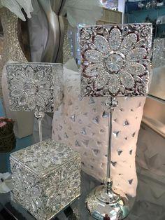 lamparas, portafotos y cajas con elementos decorativos brillantes en www.virginia-esber.es